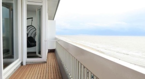 Mooi uitzicht over zee vanaf het balkon