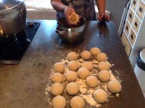 Bolletjes roti deeg die gevuld worden met kikkererwt