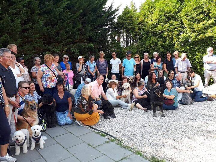 Groepsfoto met de honden en gastgezin