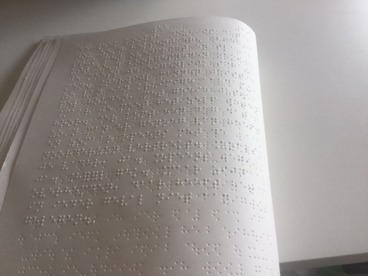 Foto van het brailleboek van Gekke Wijven geschreven door Sylvia Witteman