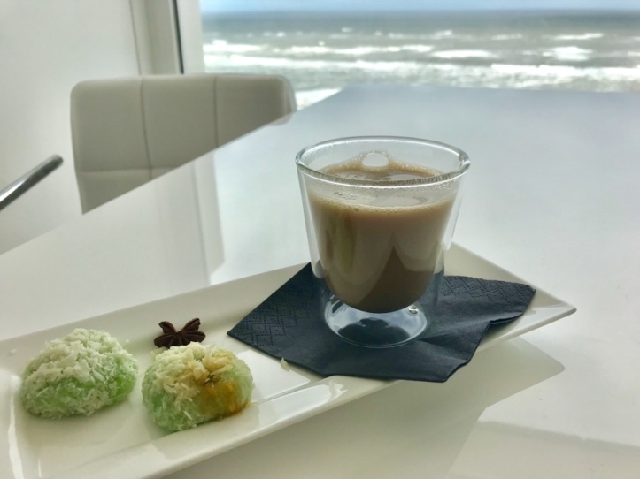 Glas met Chai Latte en Klepon, kokosballetjes