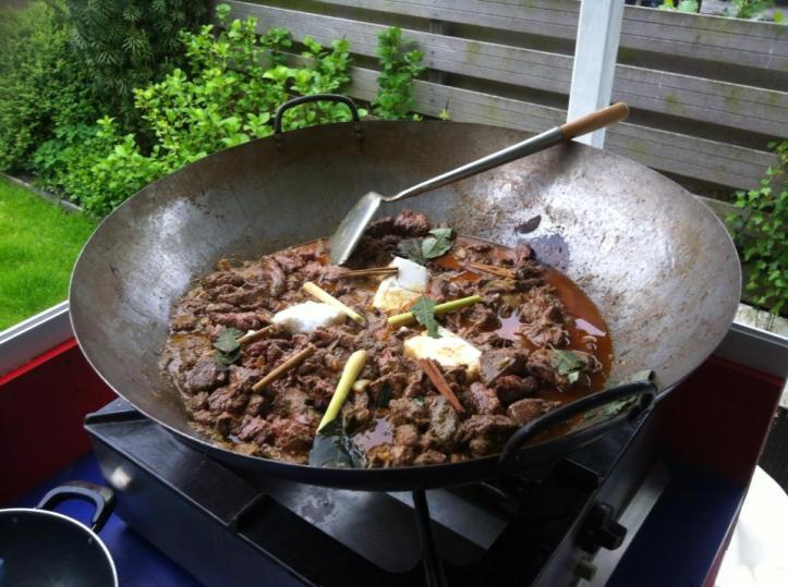 enorme grote wok met Rendang